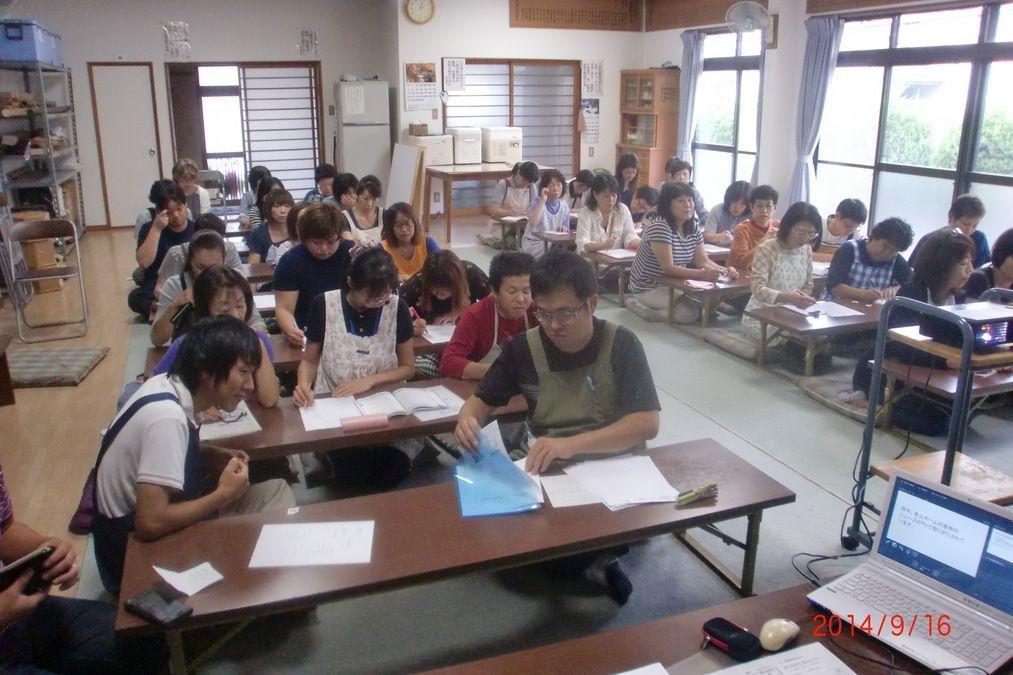グループホーム虹色(介護職/ヘルパーの求人)の写真3枚目:月に1度、合同会議がありその中で研修や講習が行われます