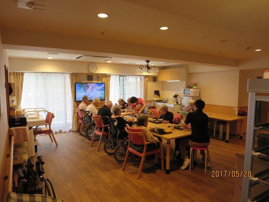 ライフコート西寺尾(管理職(介護)の求人)の写真4枚目:食事は各フロアーで召し上がられております。