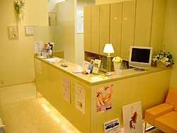 槙原歯科豊洲インプラントセンター(歯科衛生士の求人)の写真1枚目:受付です。こちらで患者様を笑顔で迎えます。