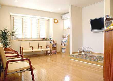 かまくら歯科(歯科衛生士の求人)の写真9枚目:待合室はとても明るくて、心地のいい空間です。