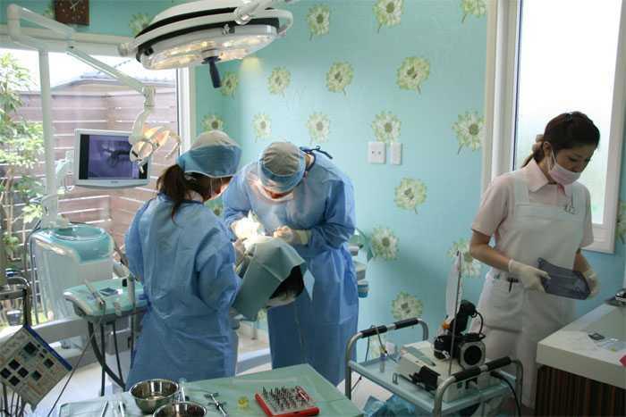 かまくら歯科(歯科衛生士の求人)の写真5枚目:インプラントのオペの様子です。専用のオペ室があります。