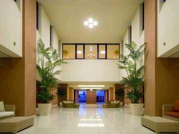 介護老人保健施設 アクア東糀谷(理学療法士の求人)の写真:エントランス リゾートホテルをイメージしたデザインの福祉施設です。