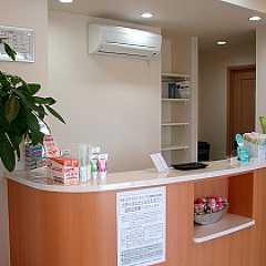 はっとり歯科医院(歯科衛生士の求人)の写真2枚目:受付は綺麗に整頓されています