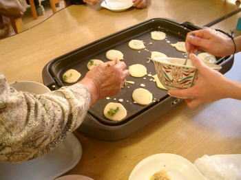 特別養護老人ホーム守里苑(介護職/ヘルパーの求人)の写真4枚目:みんなでほっぽら焼きを作って食べました♪
