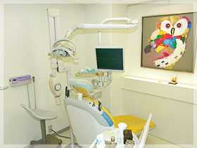 たつみ歯科医院(歯科衛生士の求人)の写真1枚目:白を基調とした清潔感のある診療スペース