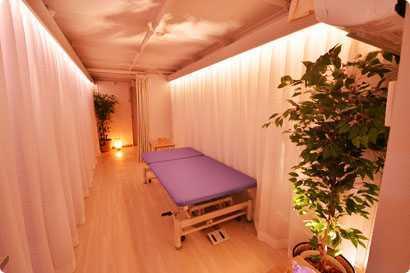 脳梗塞リハビリセンター新宿(柔道整復師の求人)の写真2枚目:PTルームはリハビリ施設とは思えないほどのリラックスムード漂うデザインです