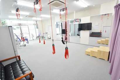 脳梗塞リハビリセンター新宿(柔道整復師の求人)の写真3枚目:トレーニングルームは病院に引けをとらない精神設備を整えています