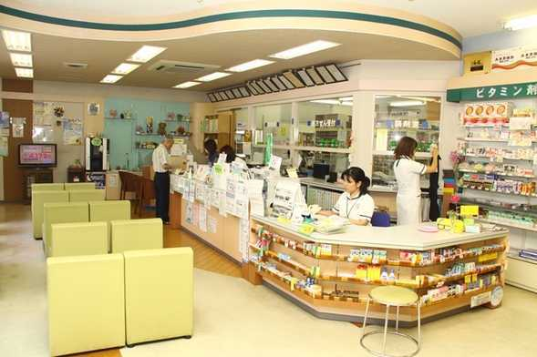 富高薬局 鶴町支店(薬剤師の求人)の写真2枚目:広々とした店内