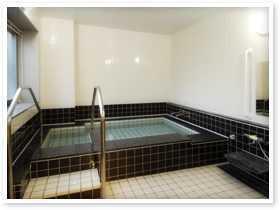 有料老人ホーム サンライズ・ヴィラ瀬谷(介護職/ヘルパーの求人)の写真4枚目:介助しやすいよう配慮した浴場
