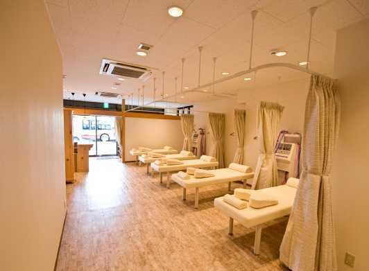 クラレ整骨院(あん摩マッサージ指圧師の求人)の写真1枚目:清潔なフロアで丁寧な診察を心がけています