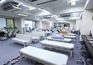 清泉クリニック整形外科 東京荻窪(医療事務/受付の求人)の写真1枚目:広いスペースを確保しているリハビリ室