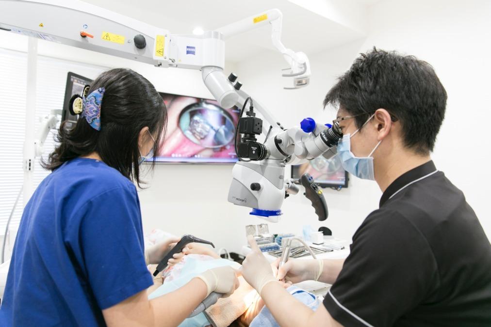 笠原デンタルオフィス(歯科衛生士の求人)の写真:顕微鏡歯科治療のアシスト風景