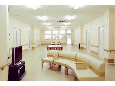 有料老人ホーム陽だまりの丘片田(介護職/ヘルパーの求人)の写真2枚目:広々とした明るい施設内