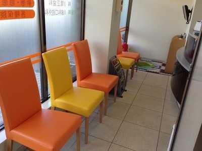 しみず歯科医院(歯科助手の求人)の写真:待合室です。イメージカラーはオレンジ色です。