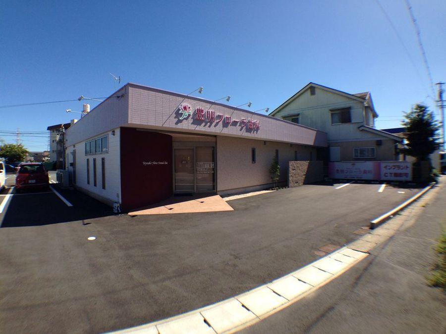 医療法人美正会 豊明フローラ歯科の写真1枚目:クリニックは閑静な住宅街にあり、外観は淡いピンクを基調とした造りです。