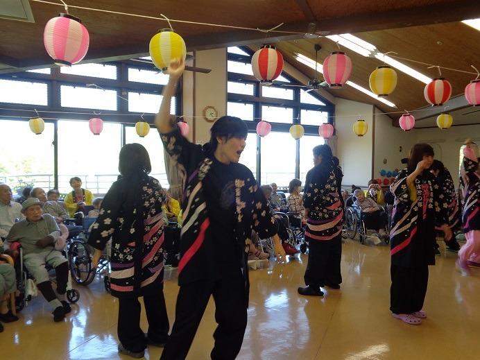 特別養護老人ホームしはとの郷(介護職/ヘルパーの求人)の写真2枚目:元気な職員によるよさこいソーラン踊り