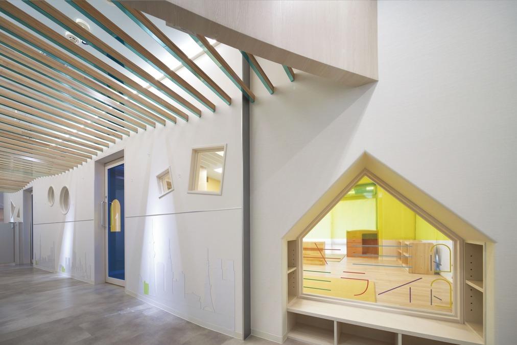 目黒三田保育園キミトミライト(保育士の求人)の写真:壁にデザインされた世界の街並みが可愛い♪