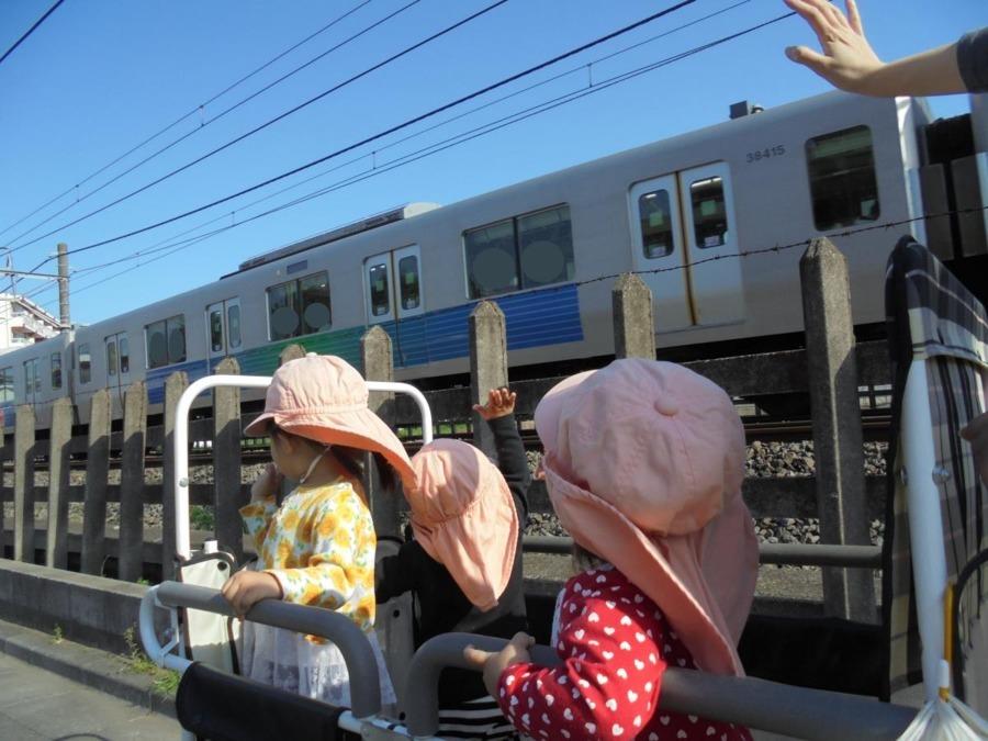 ビーフェア田無しょこら保育園(保育士の求人)の写真1枚目:園の前には西武線の電車が走っています。特急や特別な電車も見られますよ。