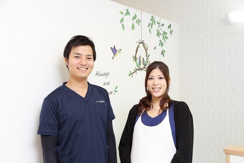 おの整骨院の写真1枚目:20~30代が活躍する活気のある職場です。 清潔感を意識した診療スペースです。
