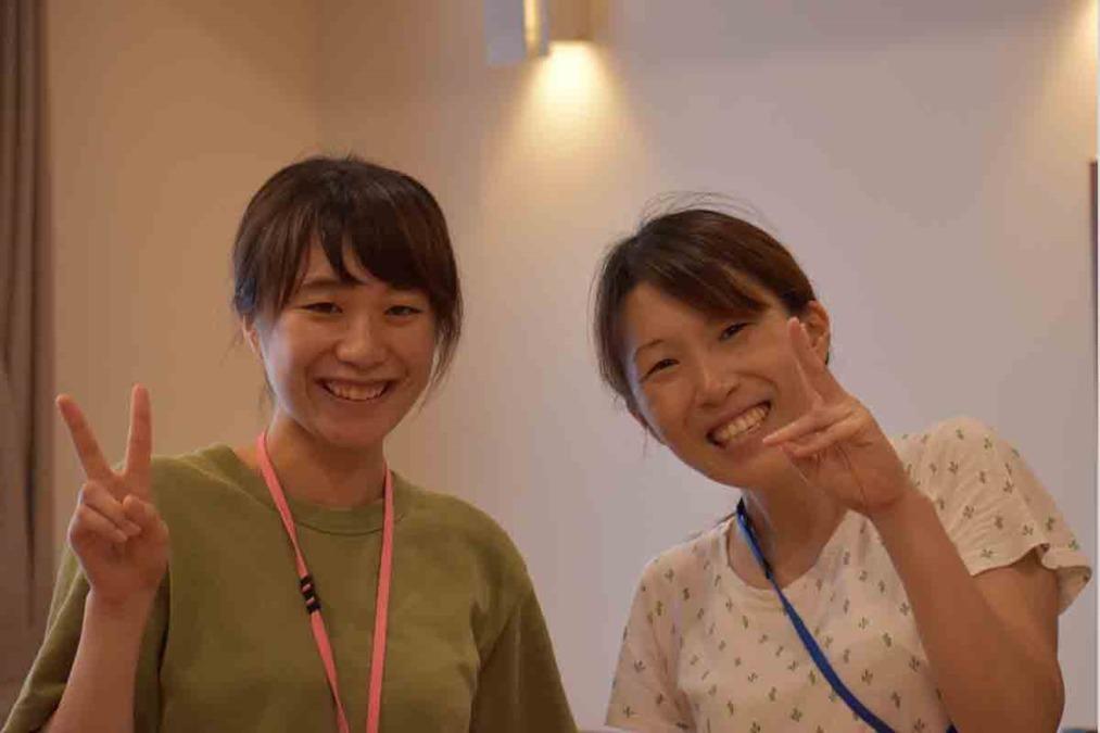 特別養護老人ホーム浦和みやびの郷(介護職/ヘルパーの求人)の写真:ラウンド中の施設長と会話中・・ カメラが気になってました(笑)
