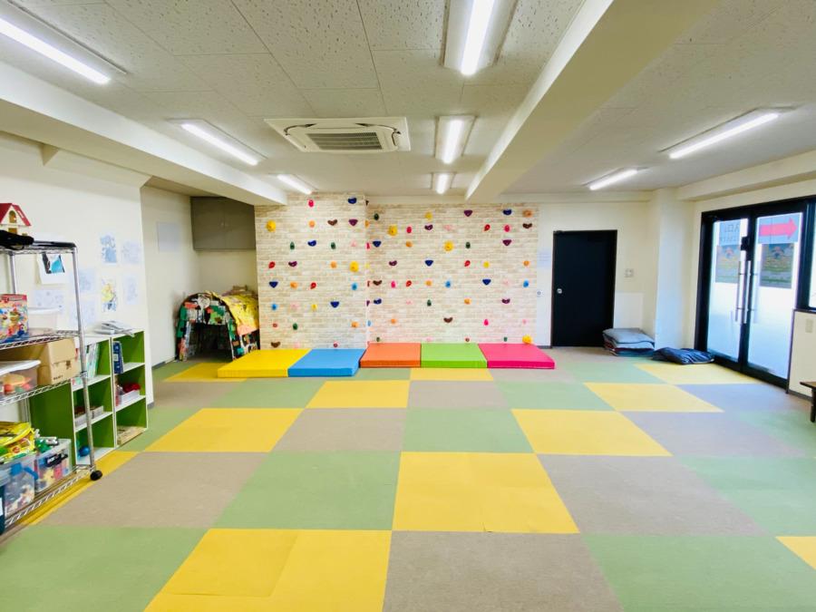 めいとう児童デイサービス ソレイユ(児童発達支援管理責任者の求人)の写真1枚目:ソレイユ-指導訓練1 約70㎡あり広々 人気のボルダリングもあります♪
