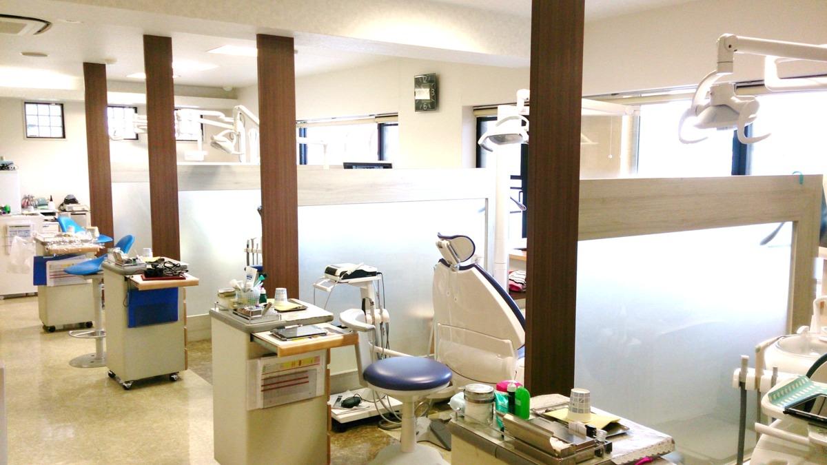 澤歯科クリニック(歯科助手の求人)の写真:8台のチェアで診療しています(半個室、完全個室 含む)