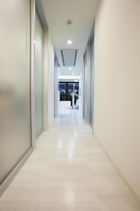 ホワイトブライトデンタルオフィス(歯科医師の求人)の写真10枚目:待合室から見える診療室越しの仙台駅です。