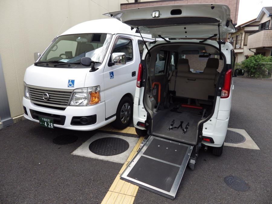サービス付き高齢者向け住宅 らるご桜木(介護タクシー/ドライバーの求人)の写真:大型車と小型車を用意し、お客様のご要望にそった車両を配車しております。