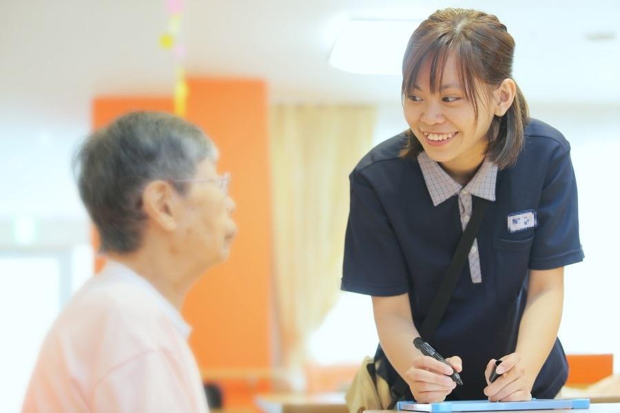 介護老人保健施設 すばる六甲 デイケア(介護職/ヘルパーの求人)の写真1枚目:いつも笑顔を心掛けています!