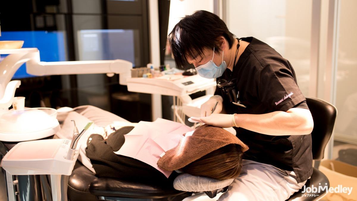 医療法人奉優会 モアナ歯科クリニック 武蔵浦和医院(歯科医師の求人)の写真:幅広い年齢層の方々が来院されるため様々な臨床経験を積むことができます