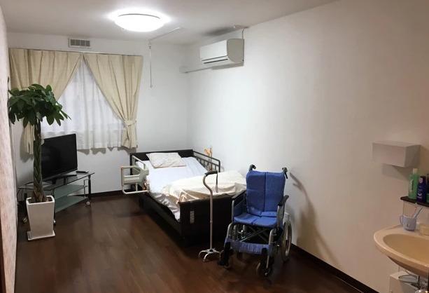 ナーシングホーム寿々 天子田(介護職/ヘルパーの求人)の写真2枚目:落ち着いた雰囲気の居室。清潔でケアしやすい環境です。