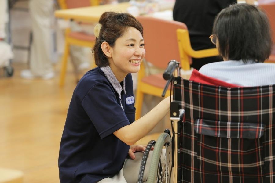 介護老人保健施設 すばる六甲(介護職/ヘルパーの求人)の写真:利用者さまとの会話はとっても楽しいです!