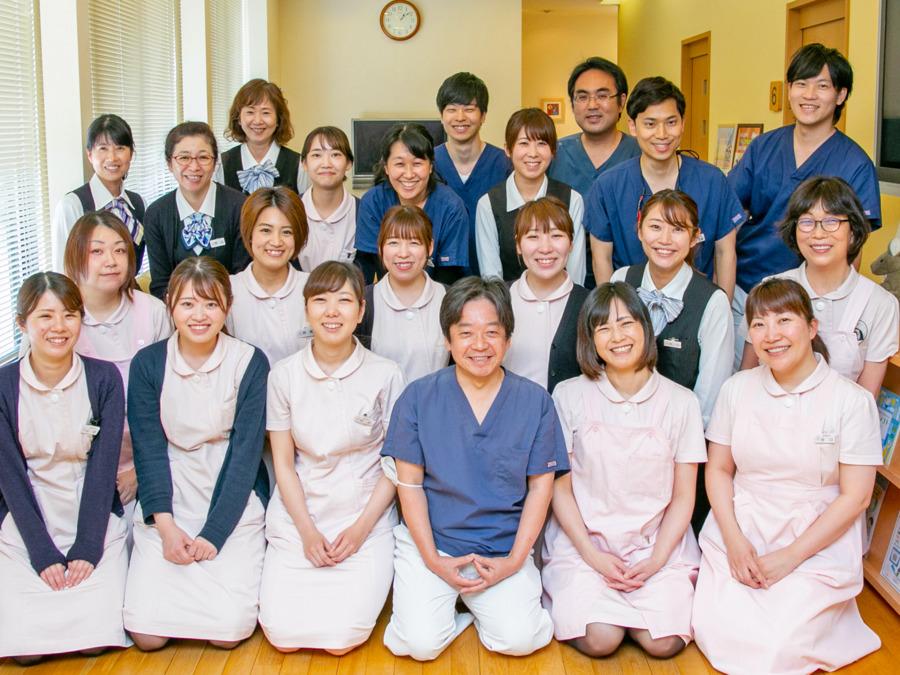 医療法人社団タニダ歯科医院(歯科衛生士の求人)の写真1枚目:総勢50名のスタッフです。写真に写っているのは一部です。