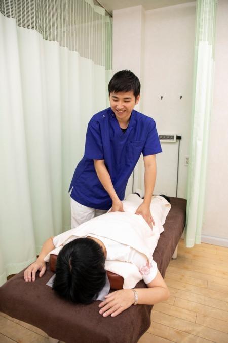なかはま整骨院(柔道整復師の求人)の写真1枚目:腰部へのマッサージ・手技療法の施術