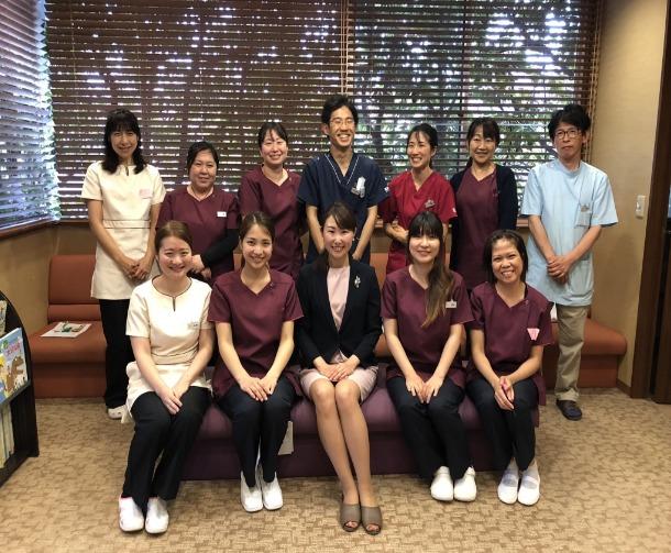 冨歯科医院(歯科技工士の求人)の写真:接遇マナーの先生と一緒に。