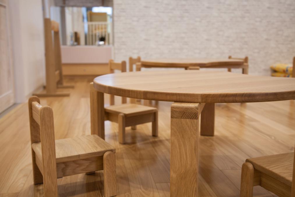 ル・ボワ保育園(保育士の求人)の写真5枚目:北海道産ナラ材を使用した無垢の家具