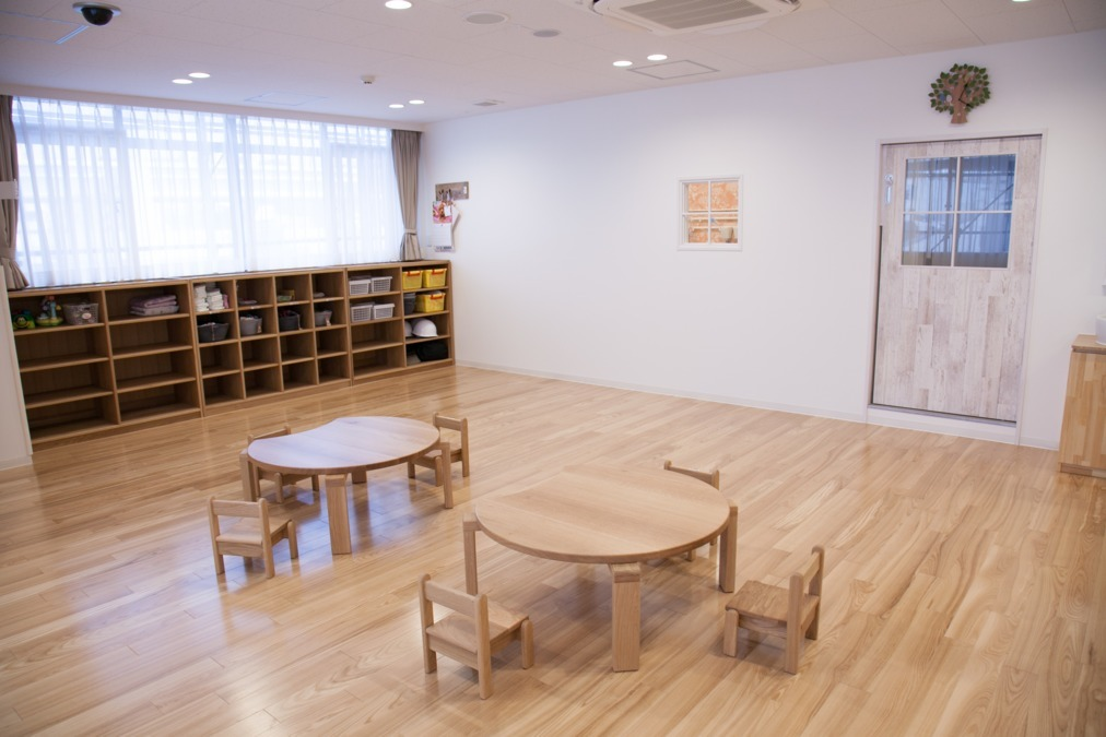 ル・ボワ保育園(保育士の求人)の写真12枚目:0歳児室(小窓の中はキッチンです)