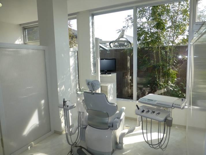 熊の前歯科の写真1枚目:白を基調とした清潔感ある明るい診察室。