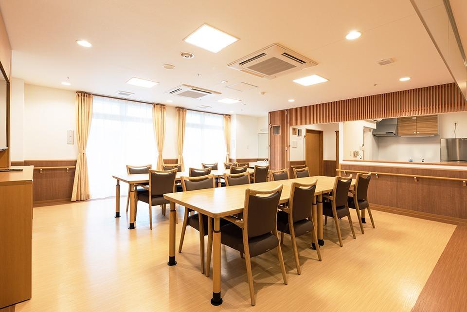 介護付有料老人ホーム あいらの杜 横浜国立大前【2018年11月01日オープン】(管理職(介護)の求人)の写真2枚目:食堂では食事やレクリエーションなどを実施します。