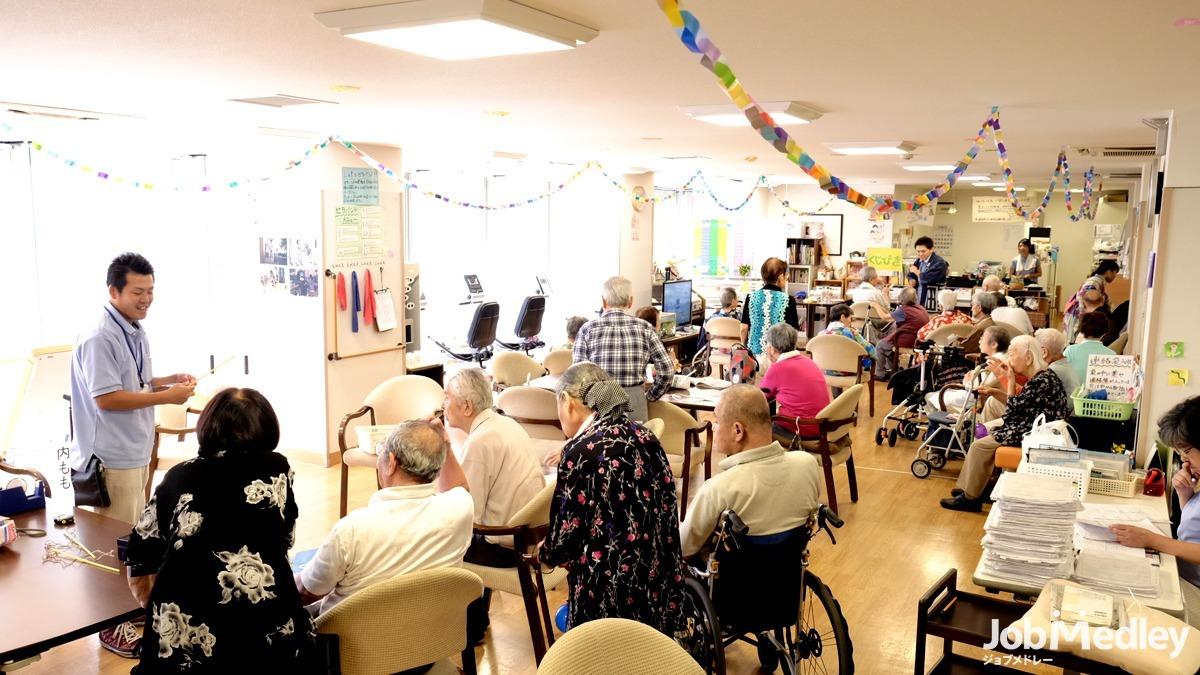 日生デイサービスセンター東尾久(介護職/ヘルパーの求人)の写真7枚目:利用者様に沿ったレクリエーション等を行っています