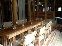 グループホーム夢楽の園(介護職/ヘルパーの求人)の写真2枚目:手造りの杉板テーブルがあるリビングです