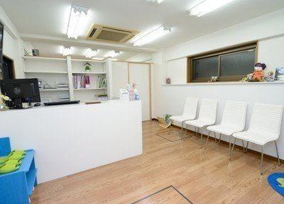 クローバー歯科の写真:明るくて広い待合室♪笑顔で患者様をお迎えしています