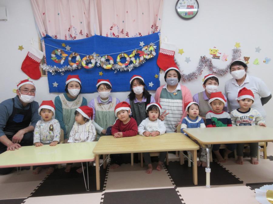 つるみ共育保育園(ともいくほいくえん)の写真1枚目:職員と子どもたちでクリスマス会を開催。