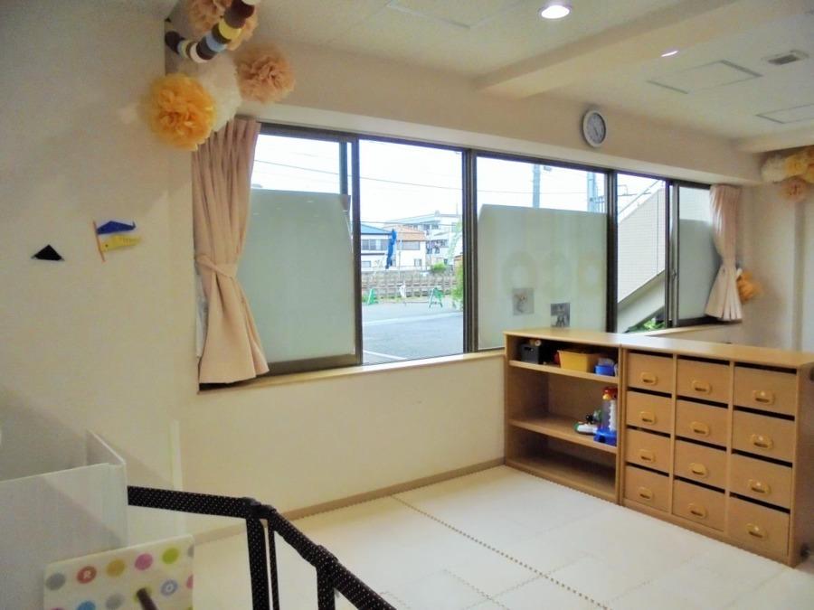 """ビーフェア田無しょこら保育園(看護師/准看護師の求人)の写真1枚目:""""チョコレート""""をイメージした落ち着いたカラーのお部屋です。"""