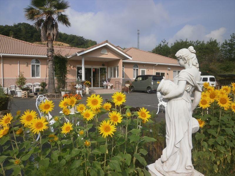 グループホームまきびの丘(ケアマネジャーの求人)の写真:四季折々の花が咲き、季節を感じることのできる抜群のロケーション!
