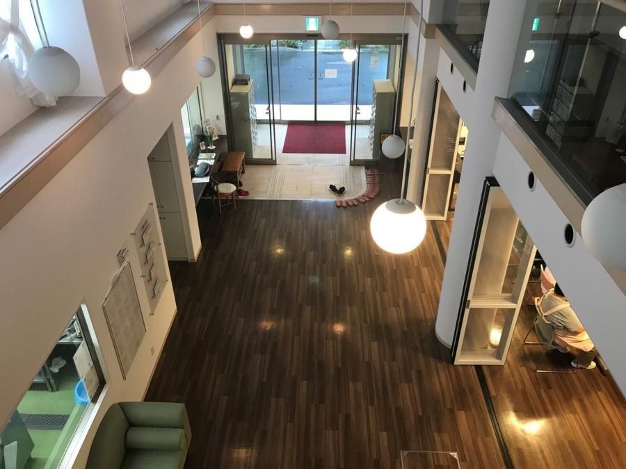 ケアハウスカトレア神戸(介護職/ヘルパーの求人)の写真:玄関を2階から~♫ 吹き抜けで気持ちの良い空間ですよ(*^▽^*)