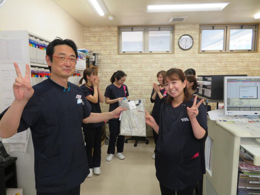 医療法人オカダ歯科クリニック(歯科衛生士の求人)の写真:産休のスタッフをみんなでお祝い