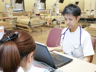 神崎中央病院(臨床工学技士の求人)の写真:限られた人数で業務を行うので、スタッフ間のコミュニケーションが円滑に取れます。