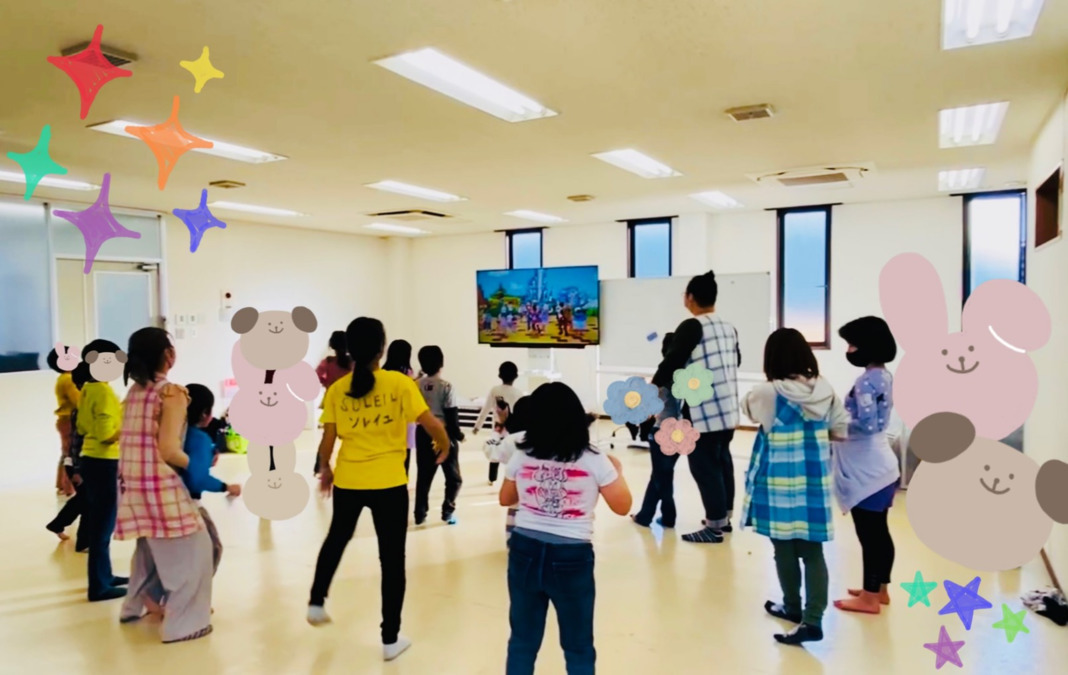 めいとう児童デイサービス タンポポ【2021年04月01日オープン】(児童発達支援管理責任者の求人)の写真:タンポポ-ダンスレクの際中です ※グレーのマットを敷く前の状態