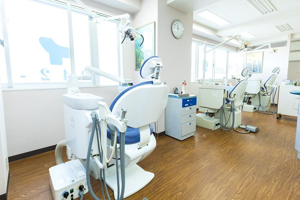 クロイワ歯科(歯科衛生士の求人)の写真1枚目:明るい診療室